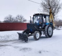 Работники МУП «Исток» активно расчищают дороги от снега.